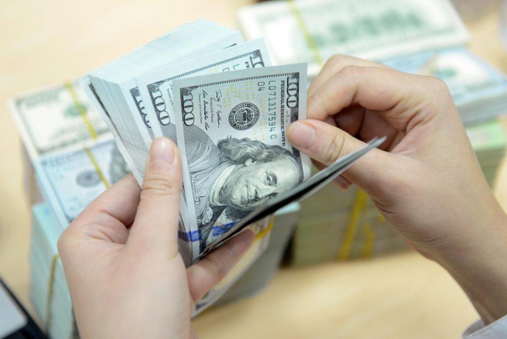 Đảo nợ là tiến hành giải ngân một hợp đồng mới để trả nợ cho một hợp đồng cũ.